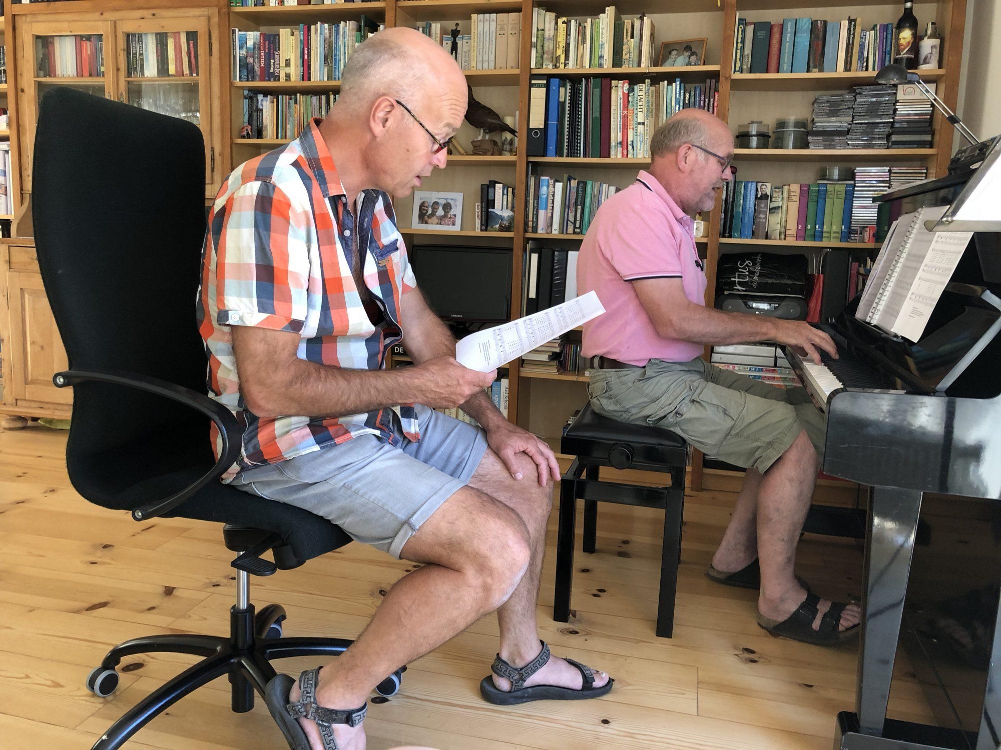 Jan Kruimink en Harm Dijkstra aan de slag met de liedjes