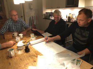 Decorcommissie De Toorn van Thunaer aan het werk
