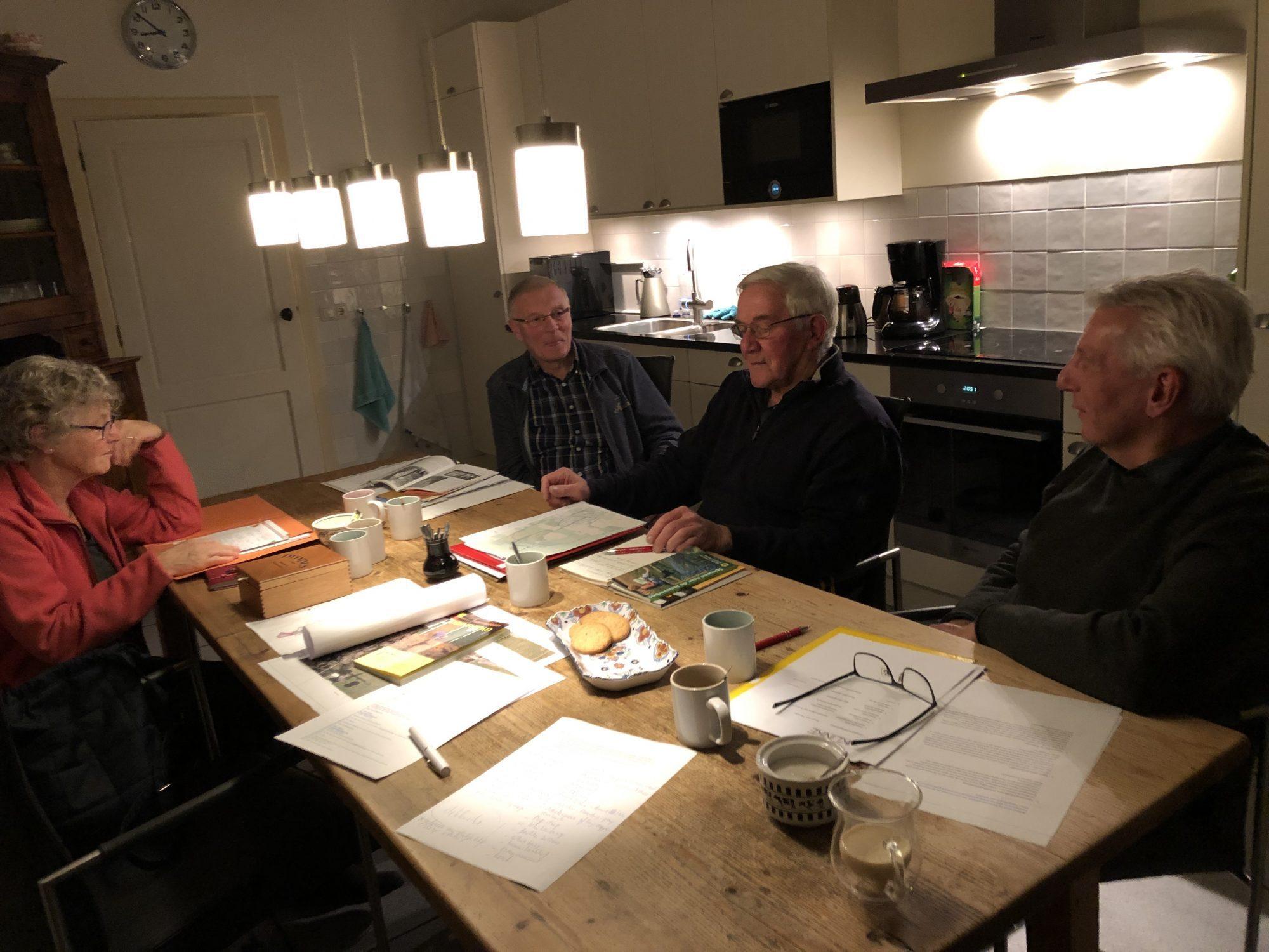 De commissie educatie van De Toorn van Thunaer in overleg over de wandel- en fietsroutes