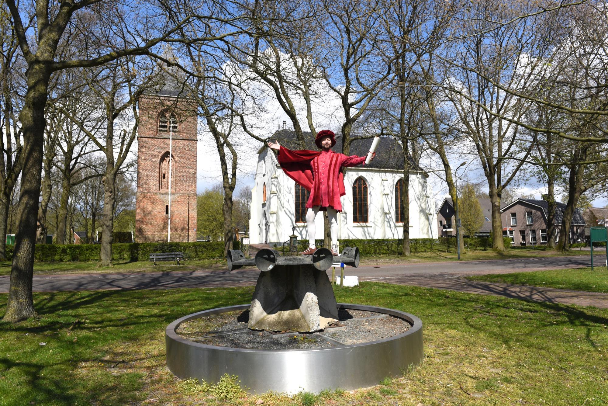 Toorn van Thunaer Quintus Querido bij de kerk in Oosterhesselen