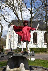 Quintus Querido bij de kerk in Oosterhesselen