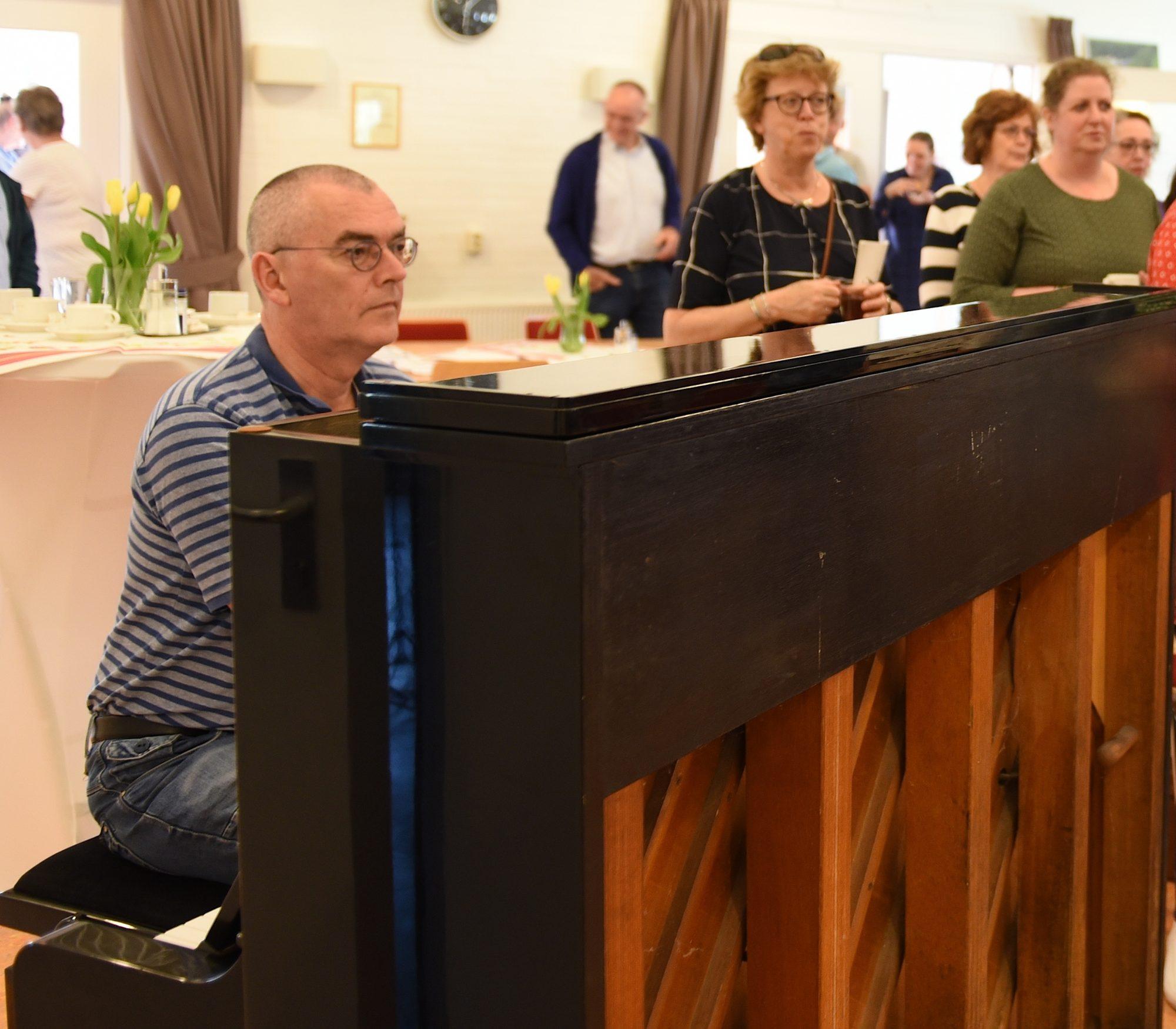 Tjako van Schie aan de piano bij repetitie Toorn van Thunaer