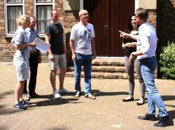 spelers oefenen met regisseur Hanneke Braam