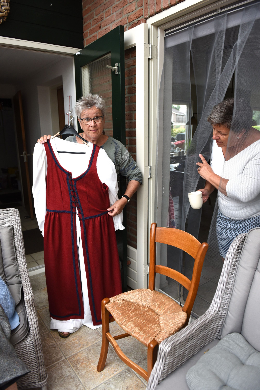 Wemmie Eggens show een van de kledingstukken