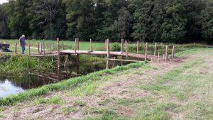 Plaatsen van de brug op de speellocatie